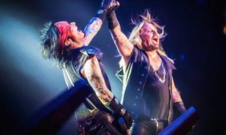 Nikki Sixx dice que Vince Neil tuvo 'mucha suerte' cuando se cayó del escenario: 'La guitarra rompió su caída'