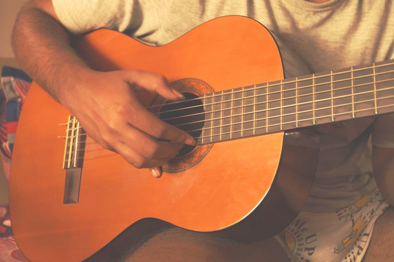 ¿Cómo afinar una guitarra española? Haz que tu guitarra suene perfecta