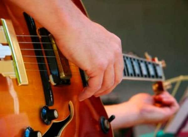 ¿Cómo afinar una guitarra? Y que mantenga su afinación