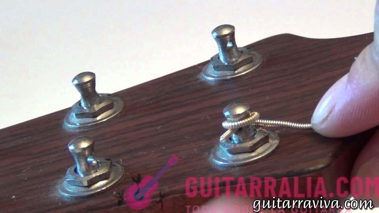 ¿Cómo cambiar las cuerdas de la guitarra española correctamente?